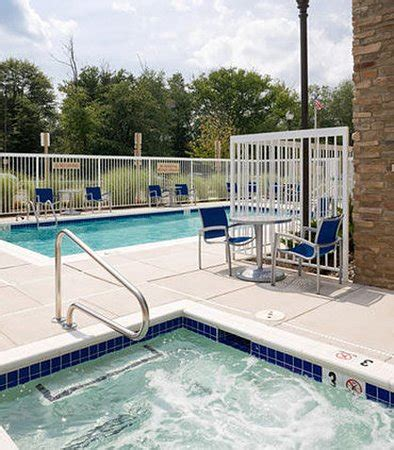 Outdoor Pool & Spa - Picture of TownePlace Suites Arundel
